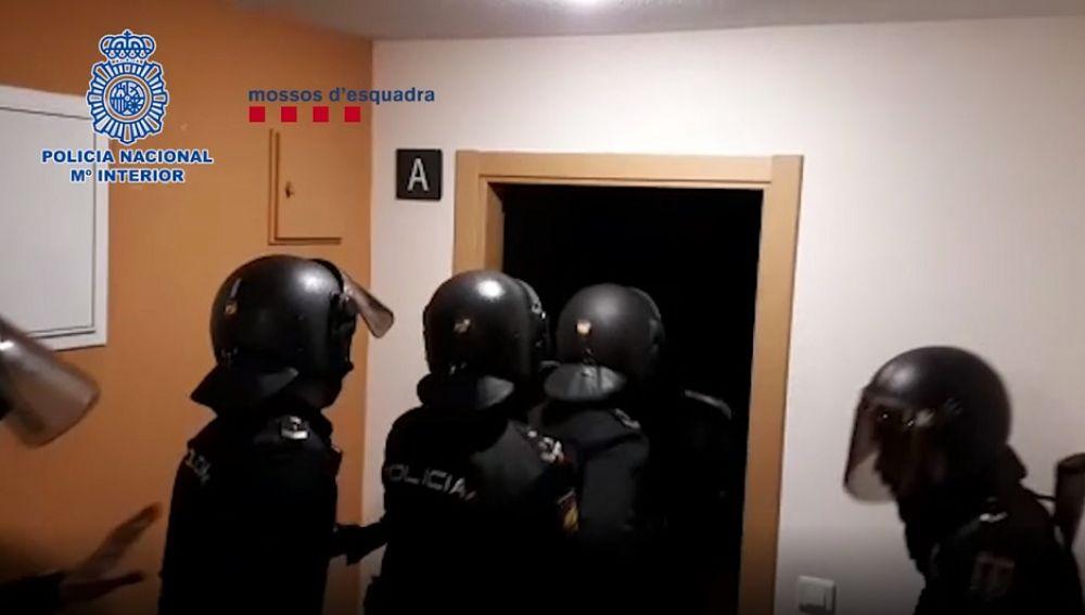 Policía Nacional entrando a un domicilio