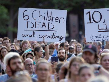 Con pancartas y velas piden cerrar los centros de detención de inmigrantes en EE.UU