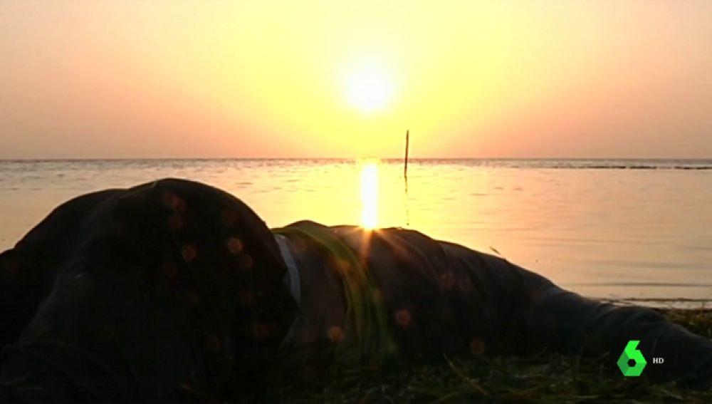 El cuerpo de uno de los fallecidos en el naufragio de una patera frente a Túnez