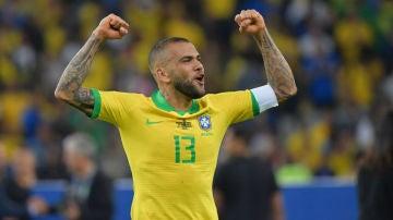 Dani Alves, con Brasil
