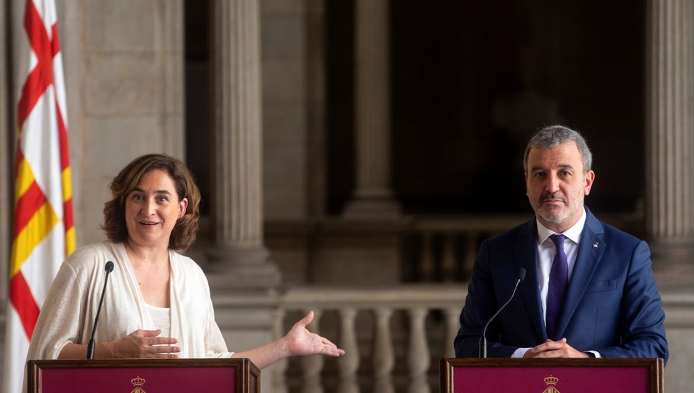 La alcaldesa de Barcelona, Ada Colau (i) , y el presidente del grupo municipal del PSC, Jaume Collboni