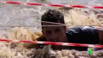 Un corredor de la carrera de barro de La Barca