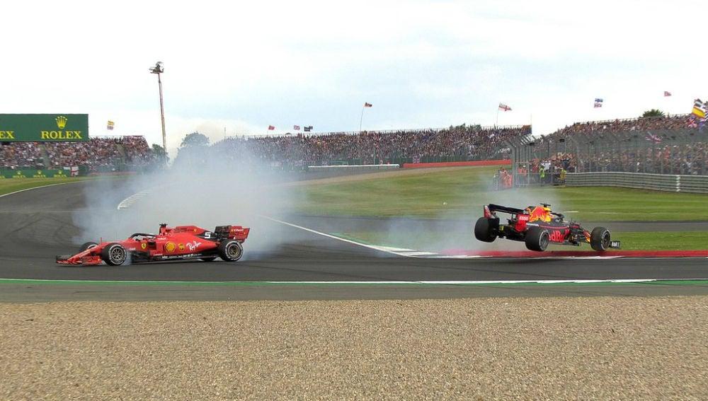Verstappen, por los aires tras un toque de Vettel