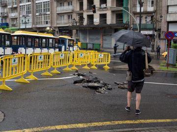 Zona precintada junto a un socavón en una céntrica calle de Ourense