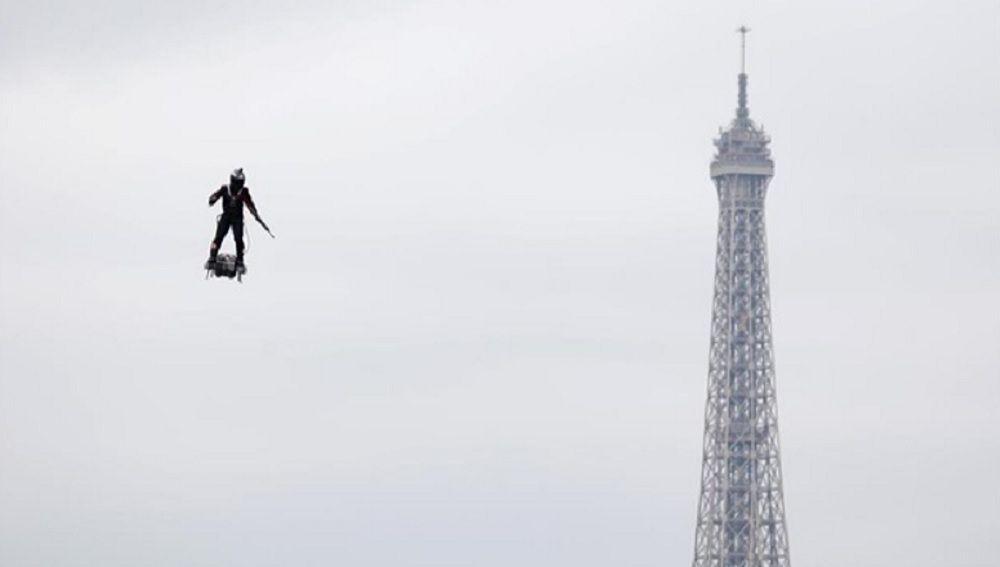 'Soldado volador' en el desfile militar del 14 de julio en Francia