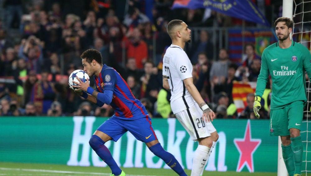 Neymar celebra un gol con el Barcelona ante el PSG