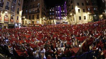 Miles de personas despiden desde la Plaza del Ayuntamiento los Sanfermines de 2019
