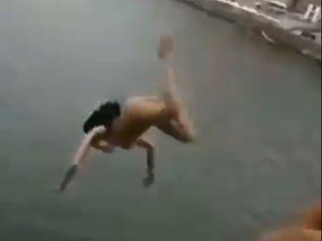 Una mujer se lanza desnuda desde un puente