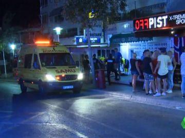 Una ambulancia en una de las zonas de fiesta de Palma de Mallorca.