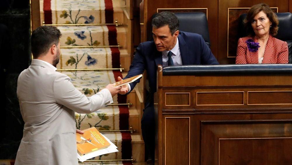 Rufián entrega a Sánchez el libro de Oriol Junqueras