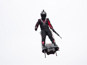 Franky Zapata vuela sobre su flyboard