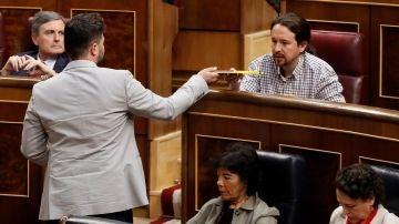 Gabriel Rufián entrega el libro de Oriol Junqueras a Pablo Iglesias