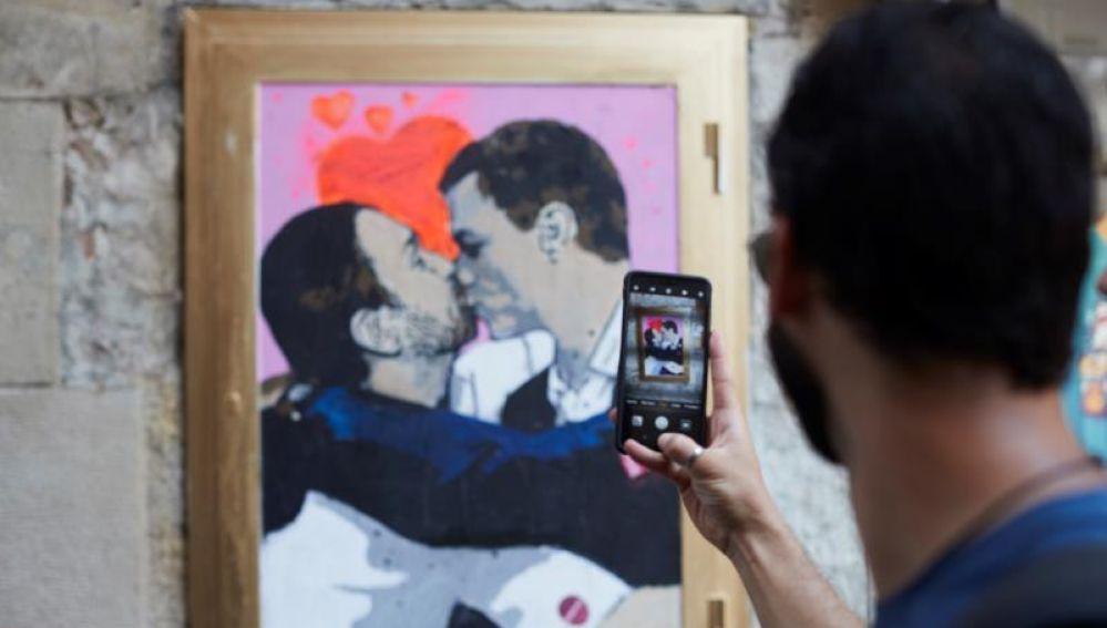 Sánchez e Iglesias se funden en un beso en un grafiti en Barcelona