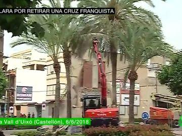 Derribo de la cruz franquista en La Vall d'Uixó