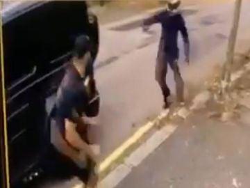Momento del intento de robo a Özil