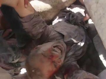 Rescatan a un niño sirio de los escombros de un ataque en la zona de Idlib