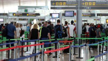 Colas en el control de seguridad del aeropuerto del Prat