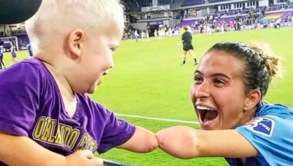 El saludo más emotivo entre un niño sin antebrazo y una futbolista con la misma discapacidad