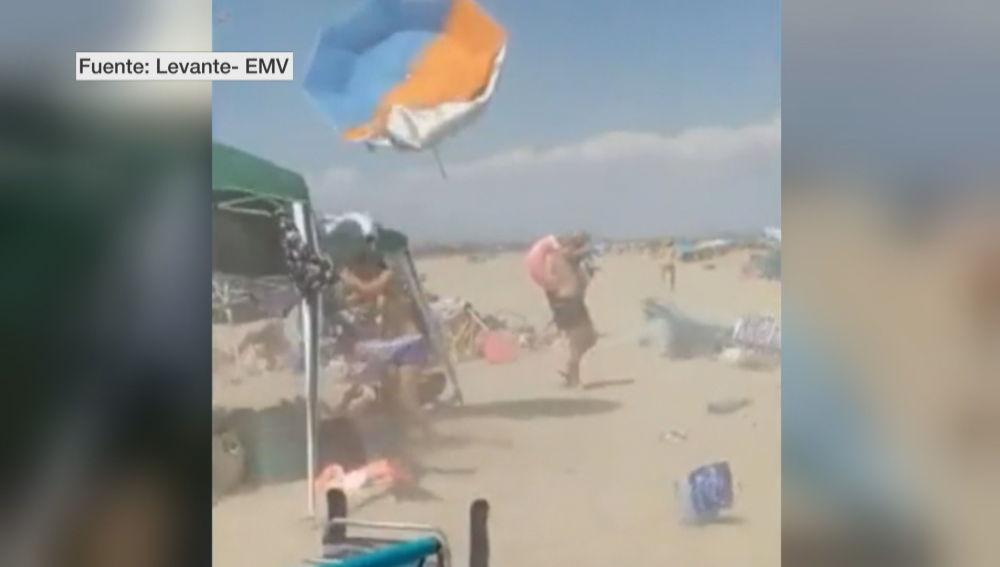 Una tolvanera provoca enorme desconcierto entre los bañistas de una playa de Valencia