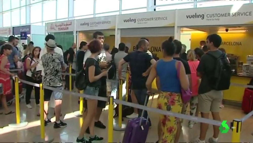 Colas en el aeropuerto de Barcelona por los vuelos cancelados
