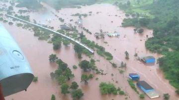 Tren atrapado por las lluvias monzónicas en la India