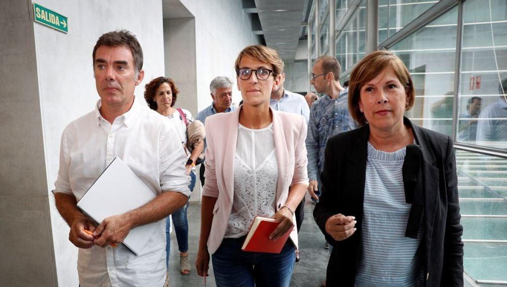 La secretaria general del Partido Socialista de Navarra (PSN) y candidata a la presidencia del Gobierno de Navarra, María Chivite (c), junto a la miembro de Geroa Bai, Uxue Barkos (d