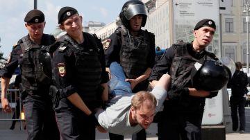 Policía rusa detiene a un manifestante en Moscú