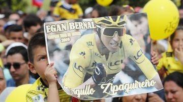 Un niño sostiene una pancarta de apoyo a Egan Bernal