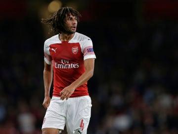 Mohamed Elneny, disputando un partido con el Arsenal