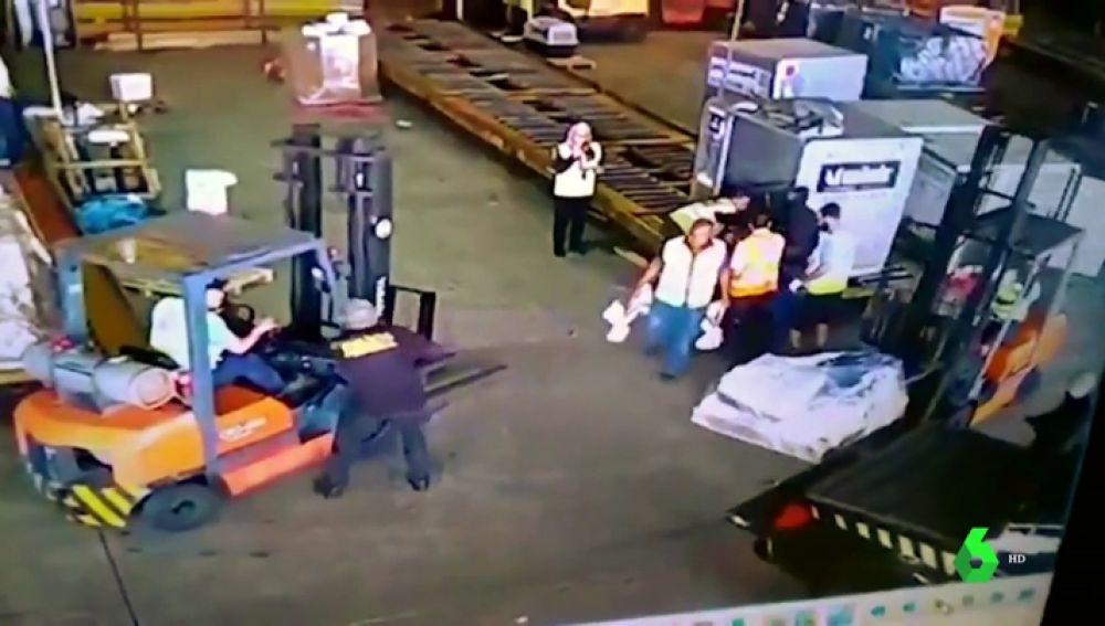 Una de las imágenes de la banda robando el oro con la ayuda del falso rehén.