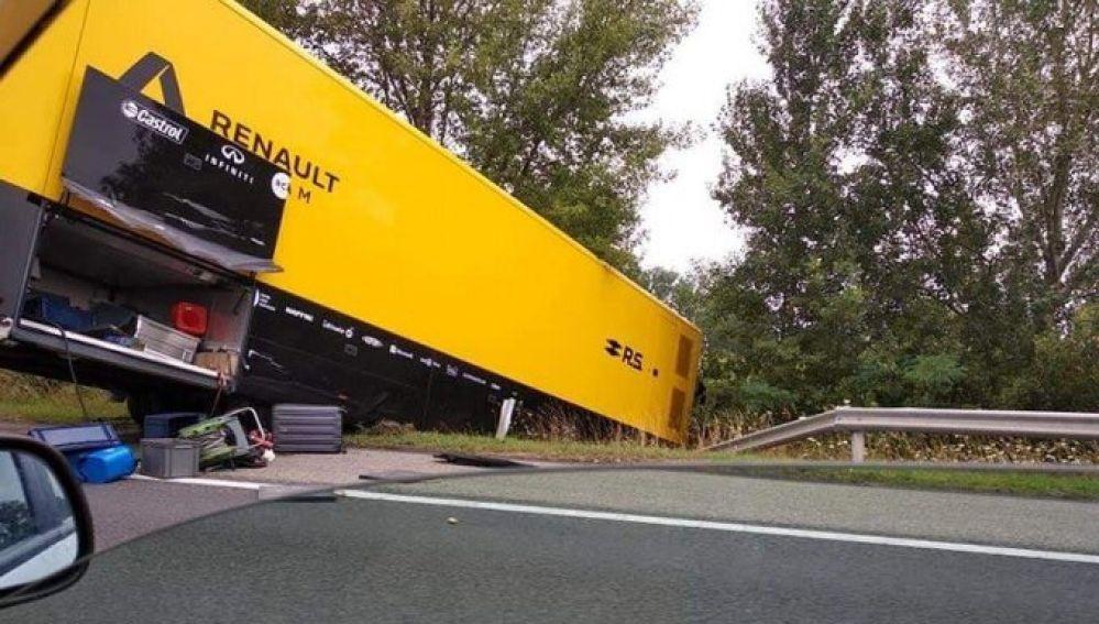 El camión de Renault, accidentado en la carretera