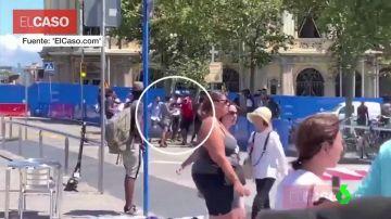 Pelea entre turistas y manteros en Barcelona
