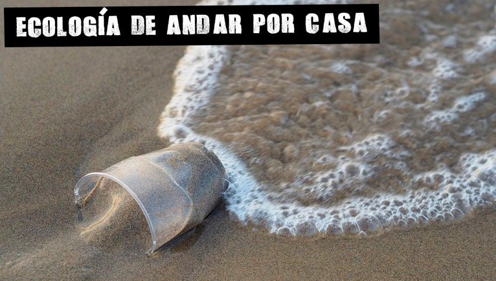 Vaso de plástico en el mar