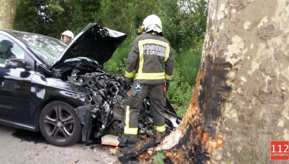 El vehículo tras chocar contra un árbol en Escalante