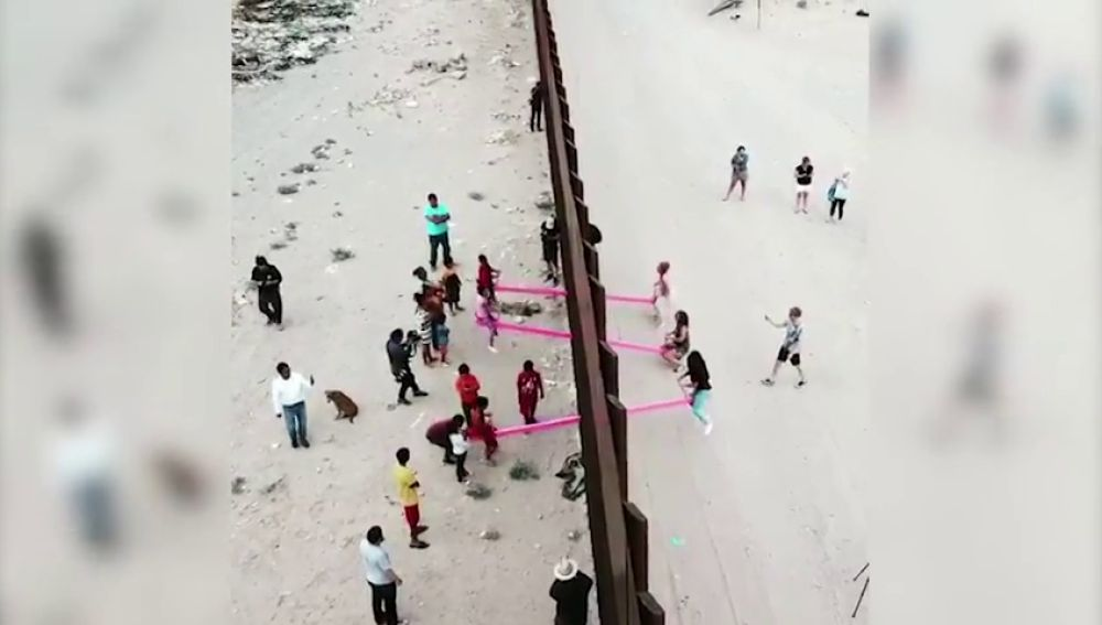 Instalan columpios en el muro que separa México de EEUU