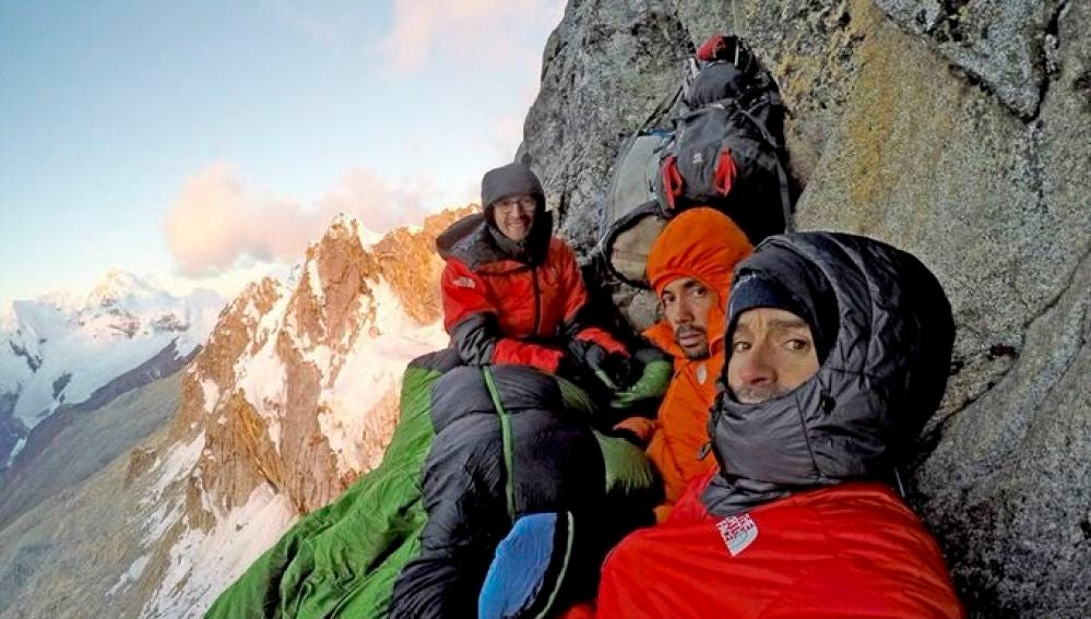 Iker, Eneko Pou y Manu Ponce, escalando la cara norte del Cashan Oeste