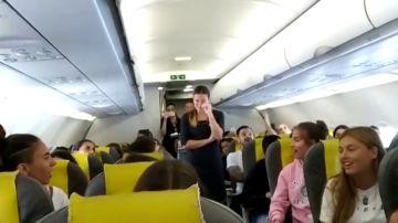 La emocionante despedida en pleno vuelo a una azafata durante su último día de trabajo