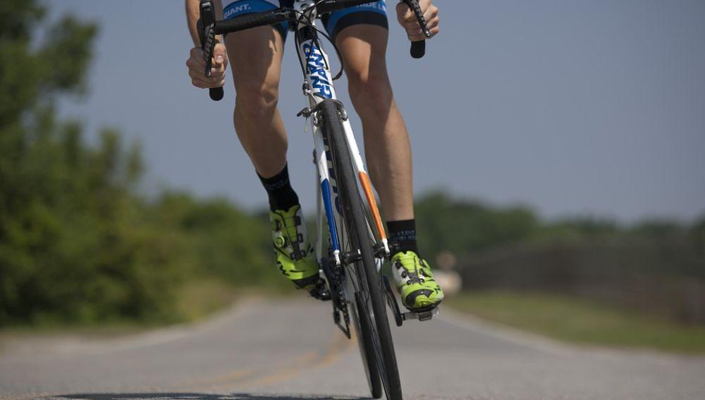 Un ciclista en plena acción