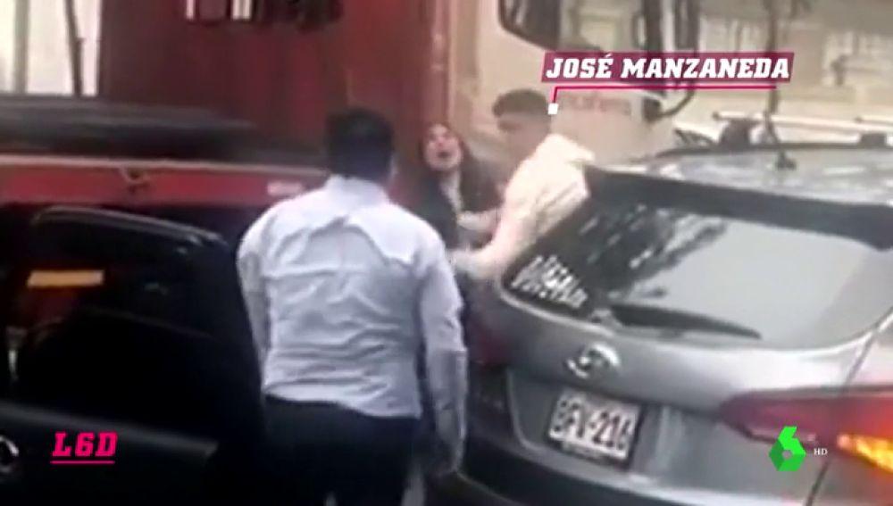Graban a un jugador peruano pegándose a puñetazo limpio contra un conductor