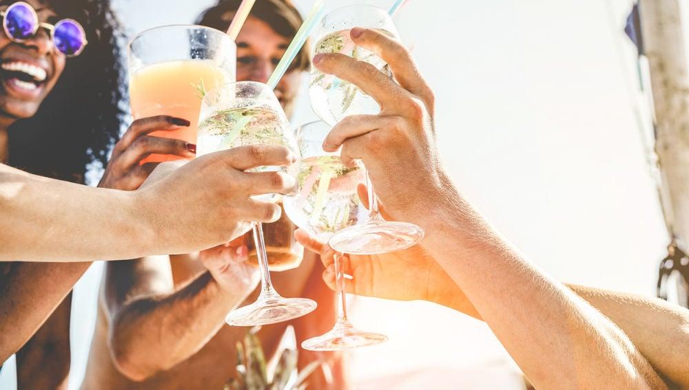 Personas bebiendo