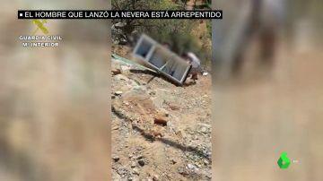 El joven que tiró una nevera por un barranco en Almería se arrepiente y la recoge con ayuda de familiares
