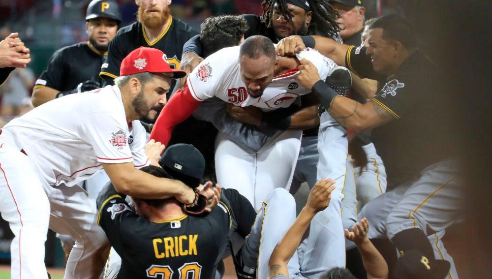 Momento de la salvaje pelea en un partido de la MLB