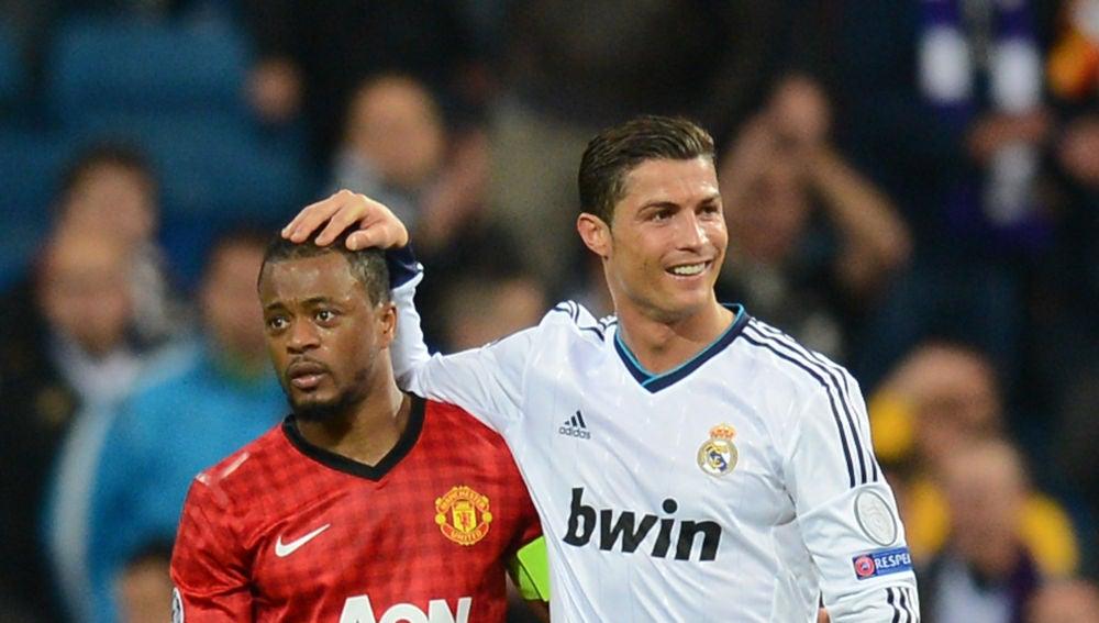 Cristiano Ronaldo saluda a Evra tras su portentoso salto en 2013