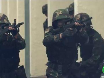 Con tanques, lanzamisiles y metralletas: así acabaría China con las protestas en Hong Kong