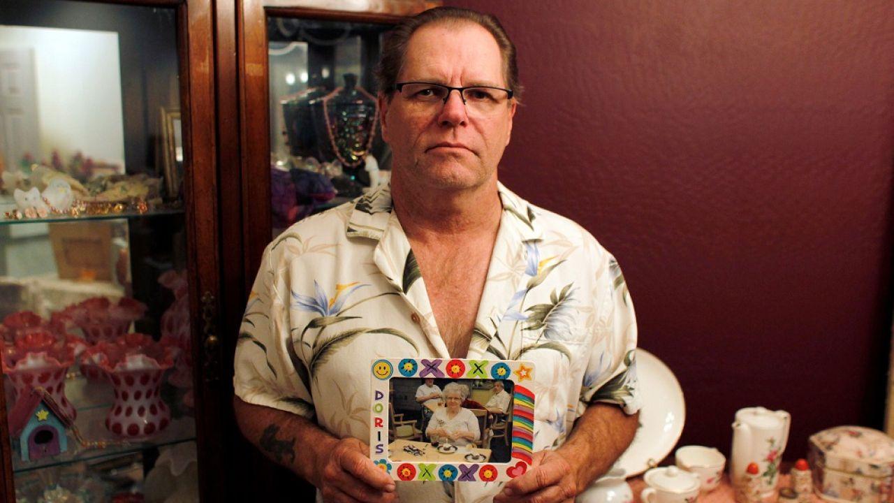 Jim Stauffer, con la foto de su difunta madre