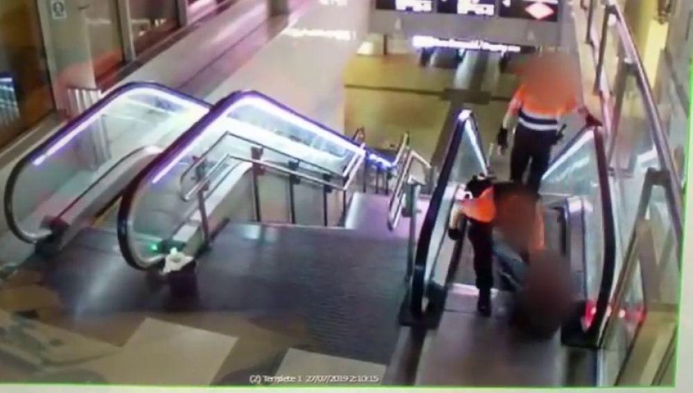 Salvaje paliza de dos vigilantes a un hombre negro en una estación de Madrid