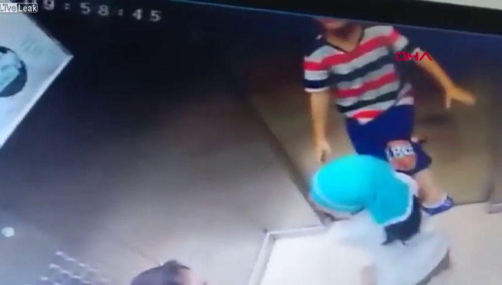 El niño colgando del cordón mientras que sus hermanas empiezan a ayudarle.