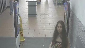 La joven veinteañera fue capturada por las cámaras de seguridad del supermercado.
