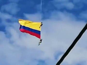Dos militares fallecen al caer desde un helicóptero mientras sujetaban una bandera durante una exhibición