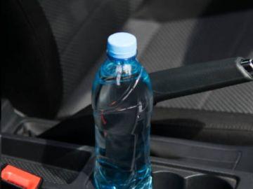Botella de agua en el interior de un vehículo